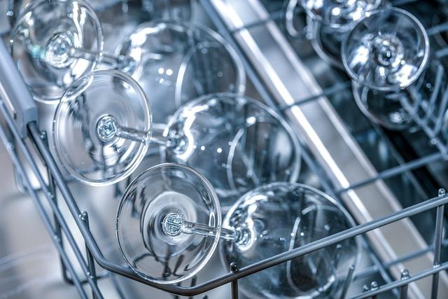 Intérieur d'un lave-vaisselle avec des verres